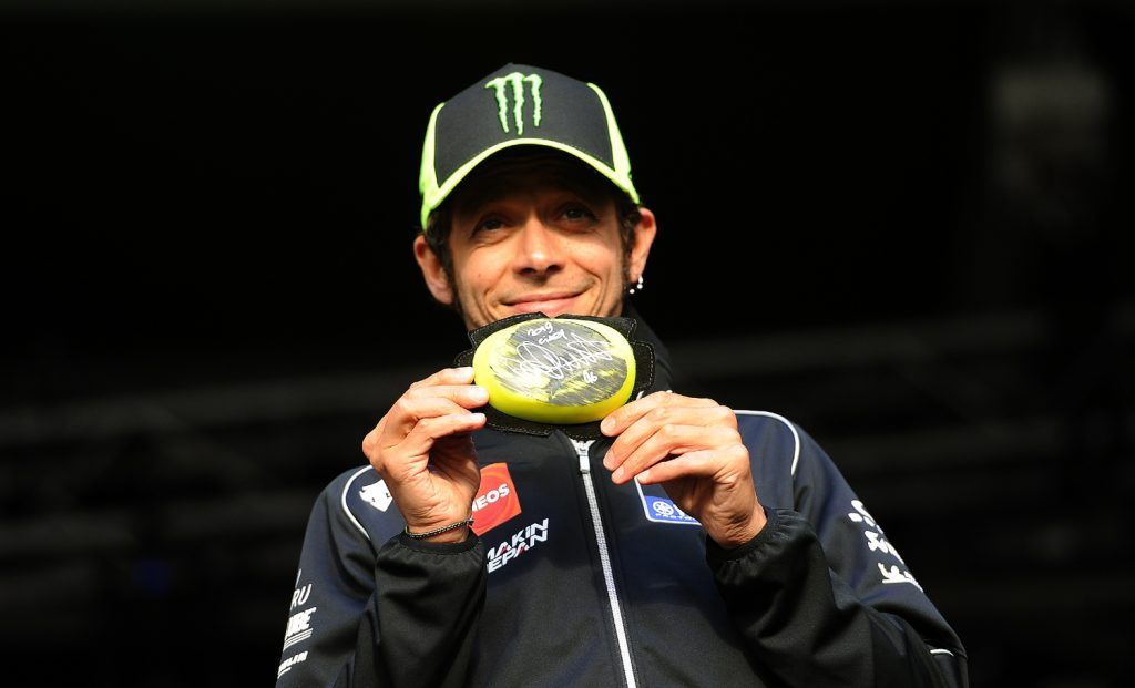 Rossi auctions a signed knee slider